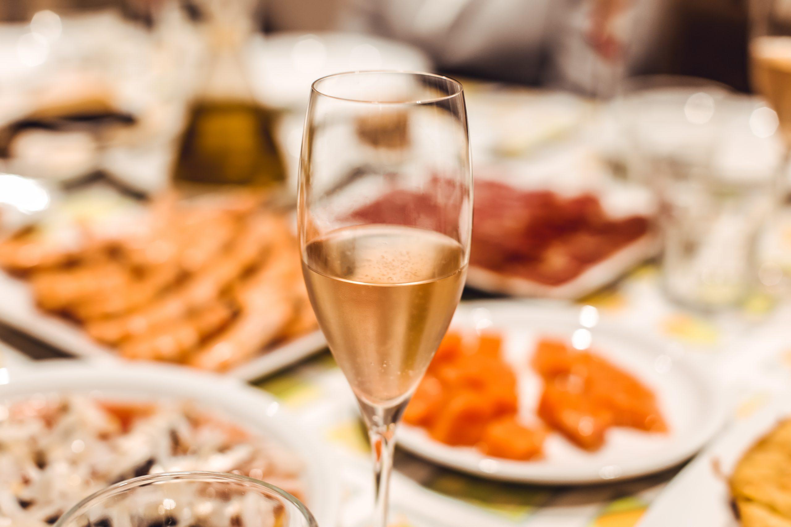 いつもの家飲みワインがちょっとしたコツで雰囲気グレードアップ!