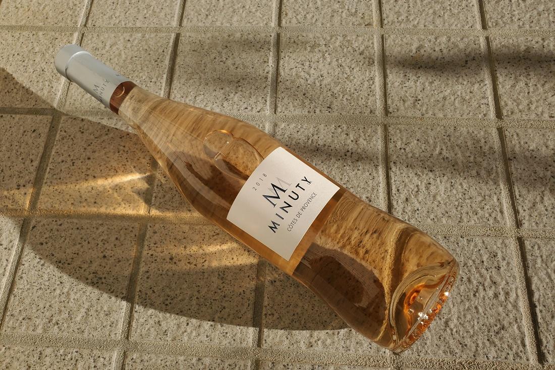 くびれたボトルデザインのエム・ド・ミニュティーのワインボトル