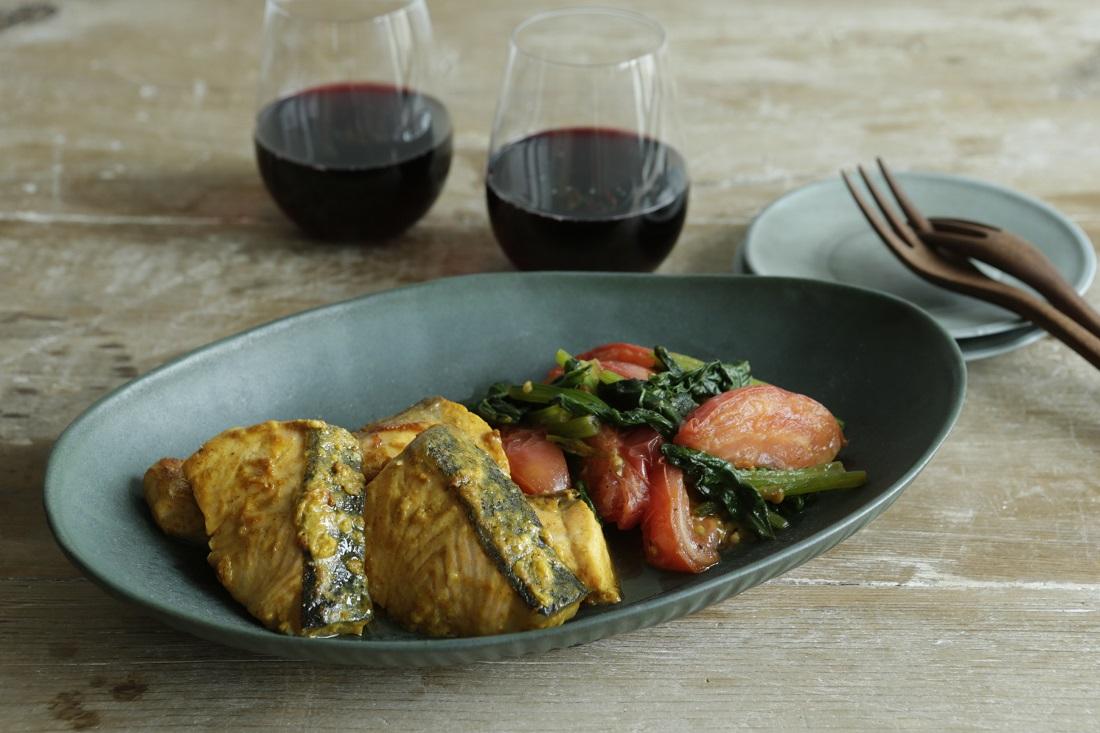 管理栄養士がおススメしたい発酵メニュー「鮭のタンドリー風焼き トマトほうれん草ソテー」と赤ワイン