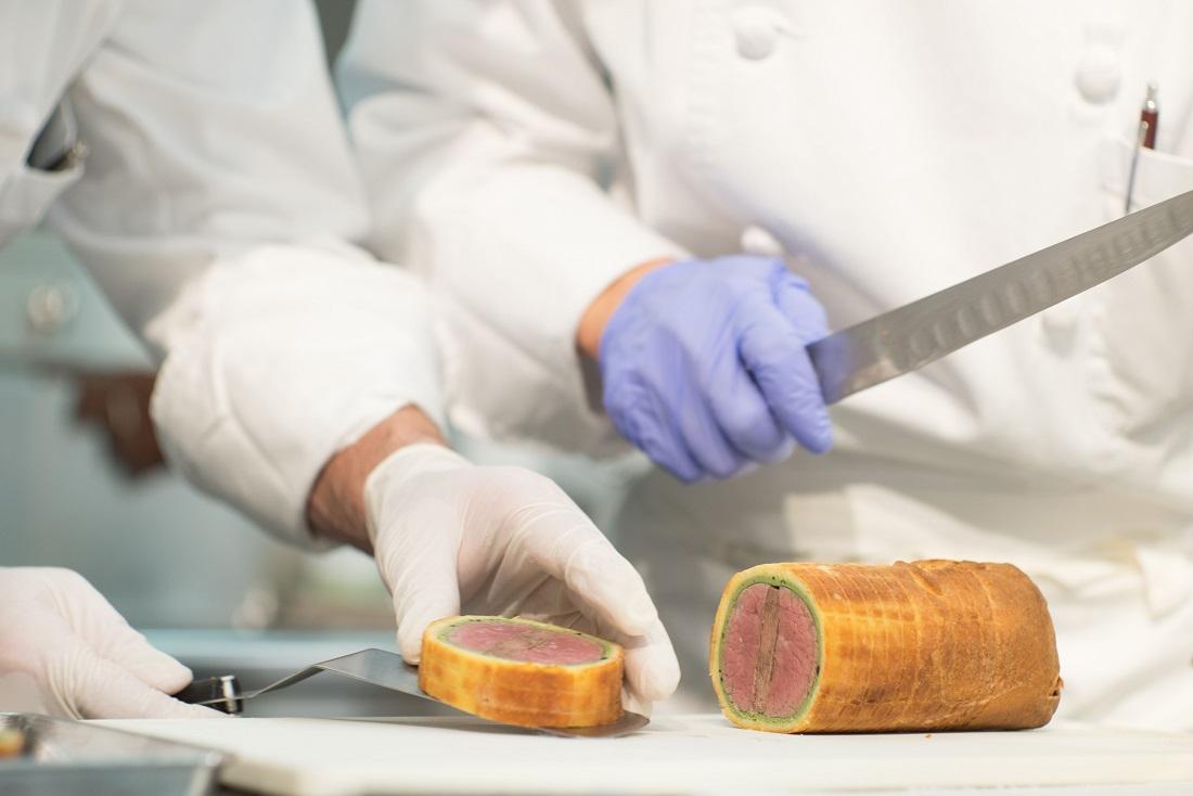 第54回ル・テタンジェ賞国際シグネチャーキュイジーヌコンクール日本大会の調理の様子