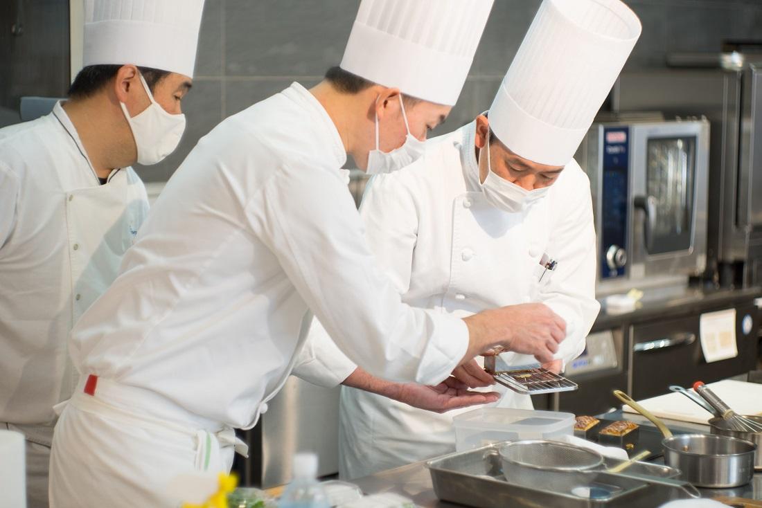 第54回ル・テタンジェ賞国際シグネチャーキュイジーヌコンクール日本大会の調理を担当するシェフたち