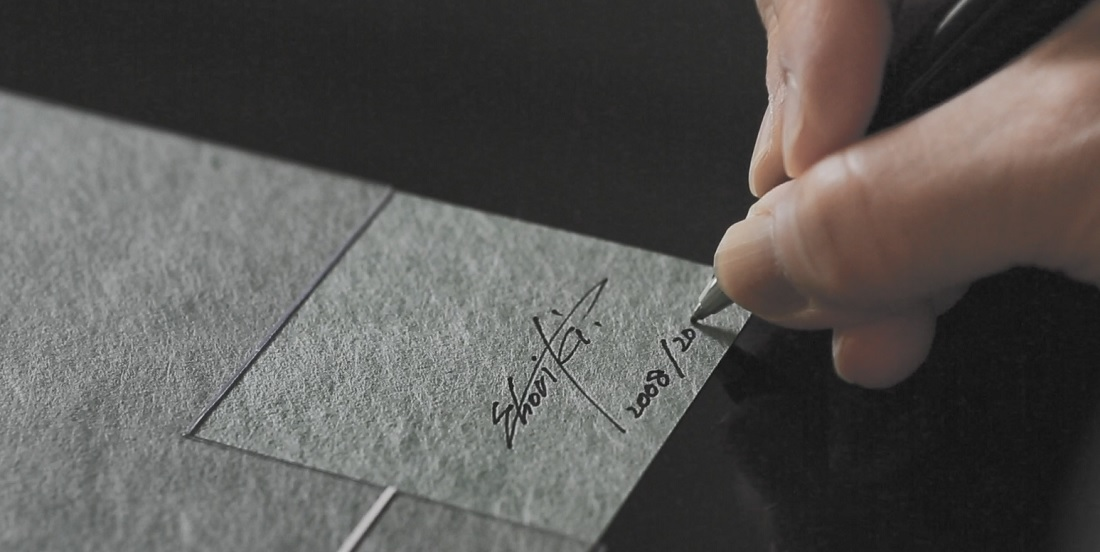 和紙アーティストの堀木エリ子さんによる手書きのサインと番号