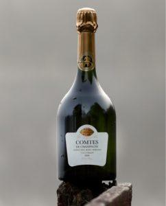 戸外に置かれて水滴が付いている「テタンジェ コント・ド・シャンパーニュ ブラン・ド・ブラン2008」のボトル