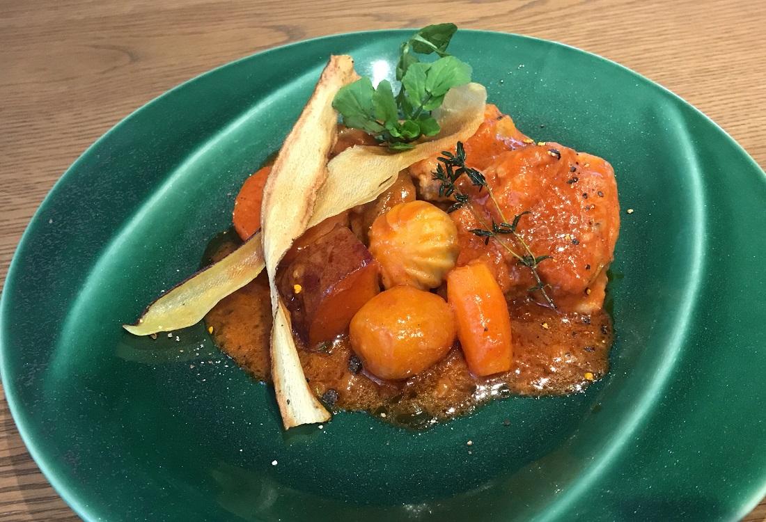 大越さん考案「グランポレール 余市余市ツヴァイゲルトレーベ」に合う料理『チキンと根菜のトマト煮込み』