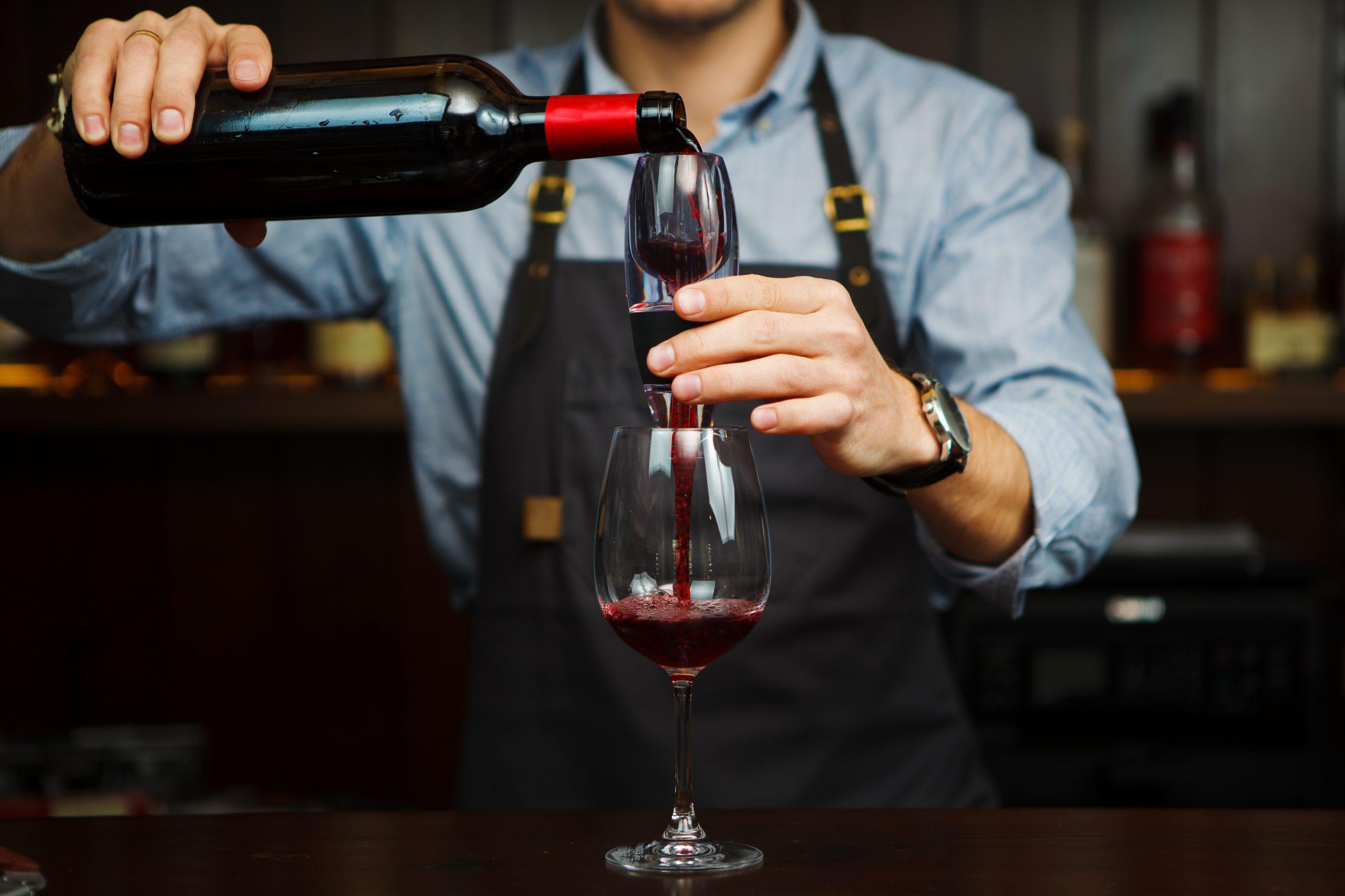 ワインを手軽にグレードアップさせるグッズ「エアレーター」の役割