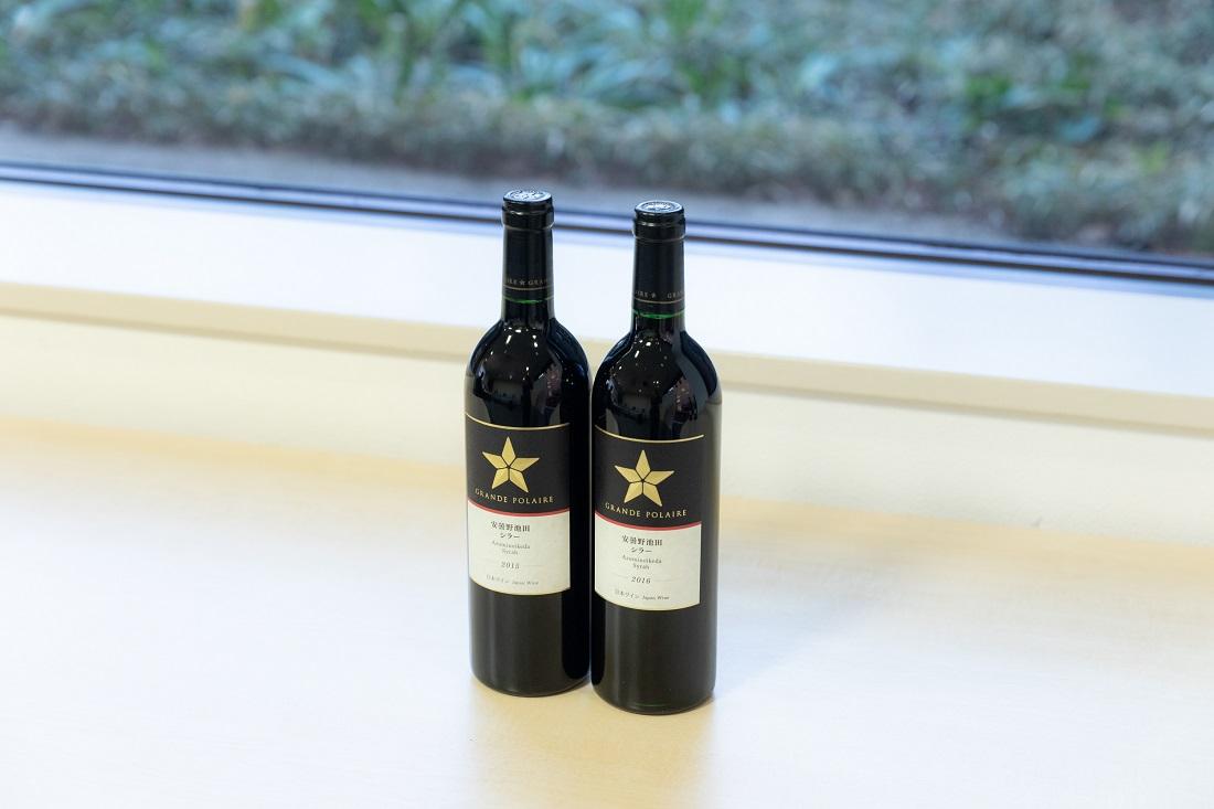 横に並んだグランポレール 安曇野池田 シラー ワインボトル2本