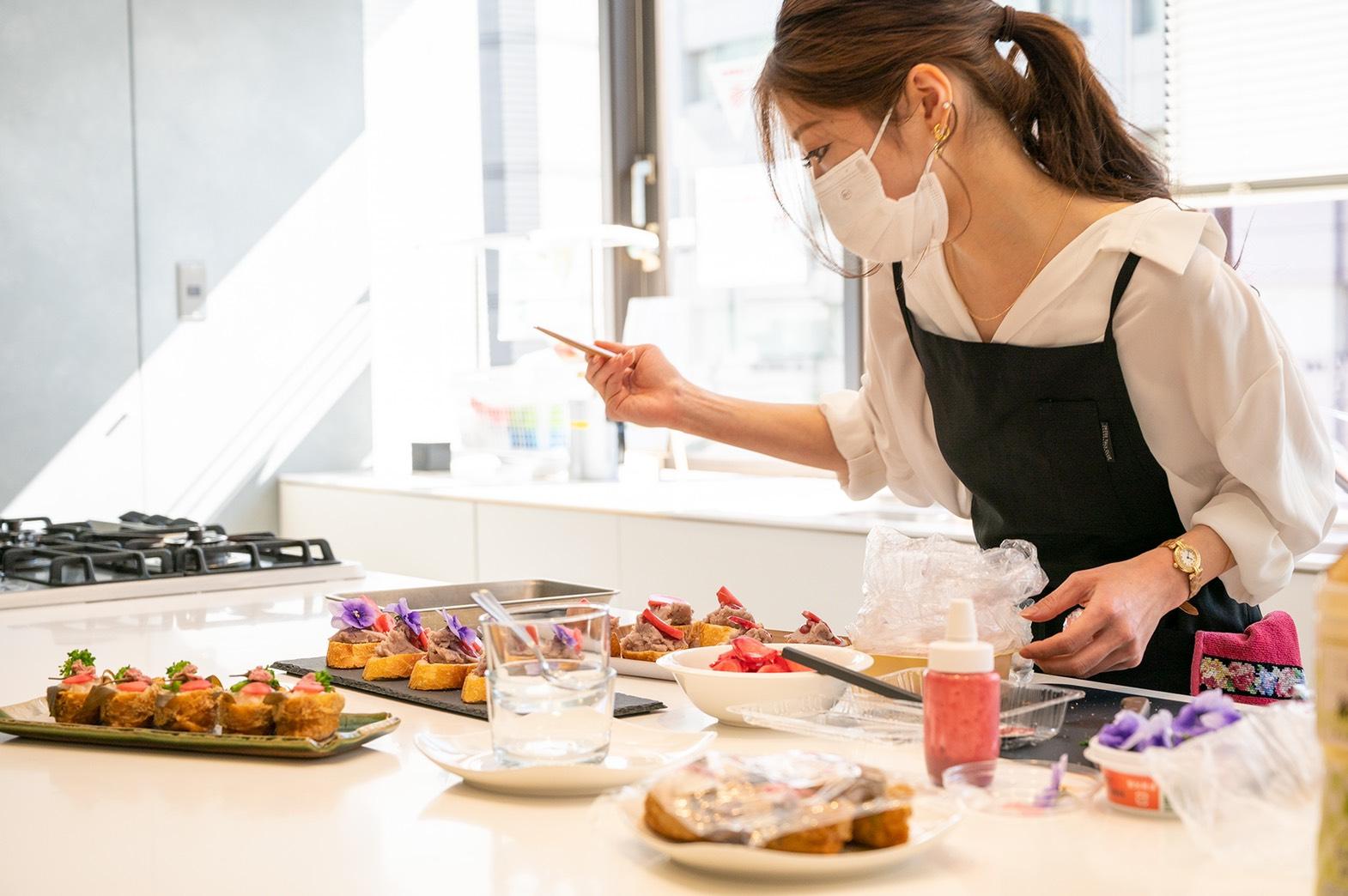 「グランポレール 唯」に合う春色レシピの盛り付けをする料理研究家 福島さやかさん