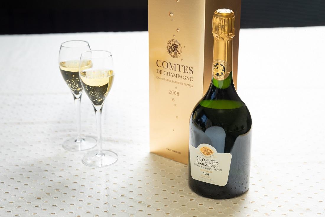 「コント・ド・シャンパーニュ ブラン・ド・ブラン 2008」ワインボトルとシャンパーニュグラス
