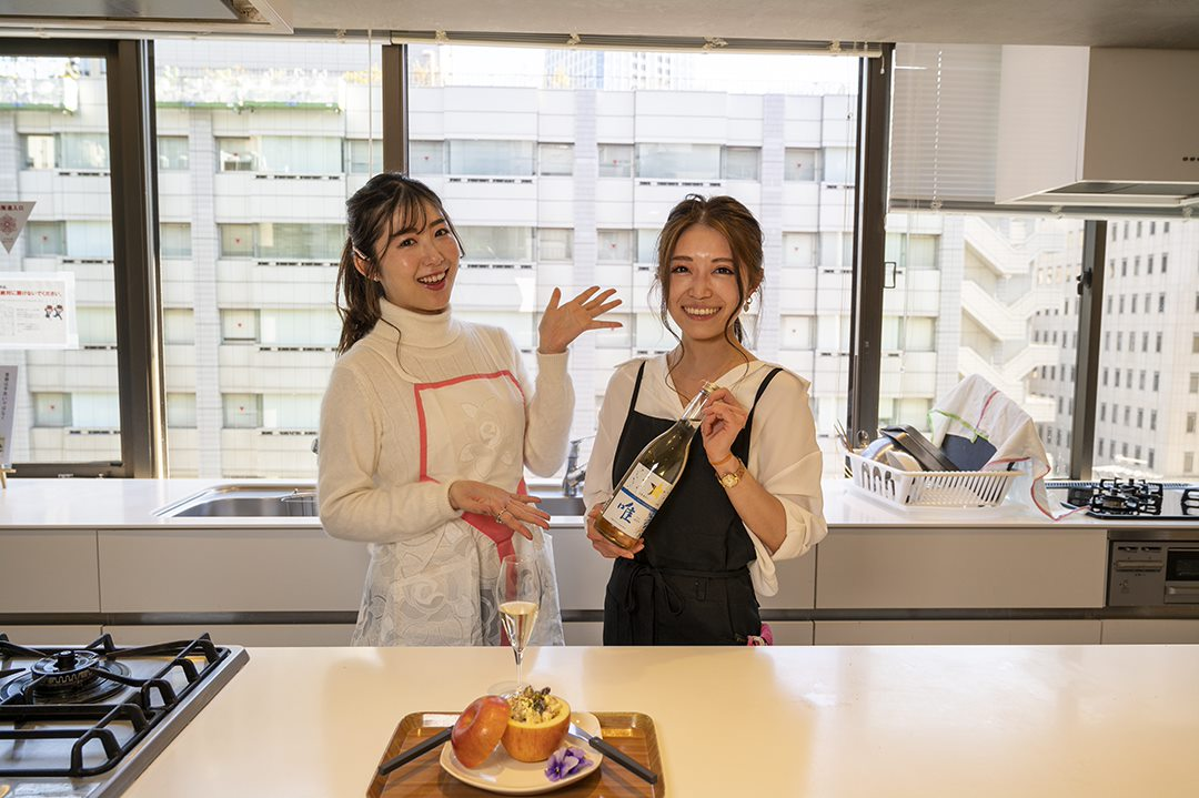 ワインタレント 千代田唯さんと「グランポレール 唯」のワインボトルを持つ料理研究家 福島さやかさん