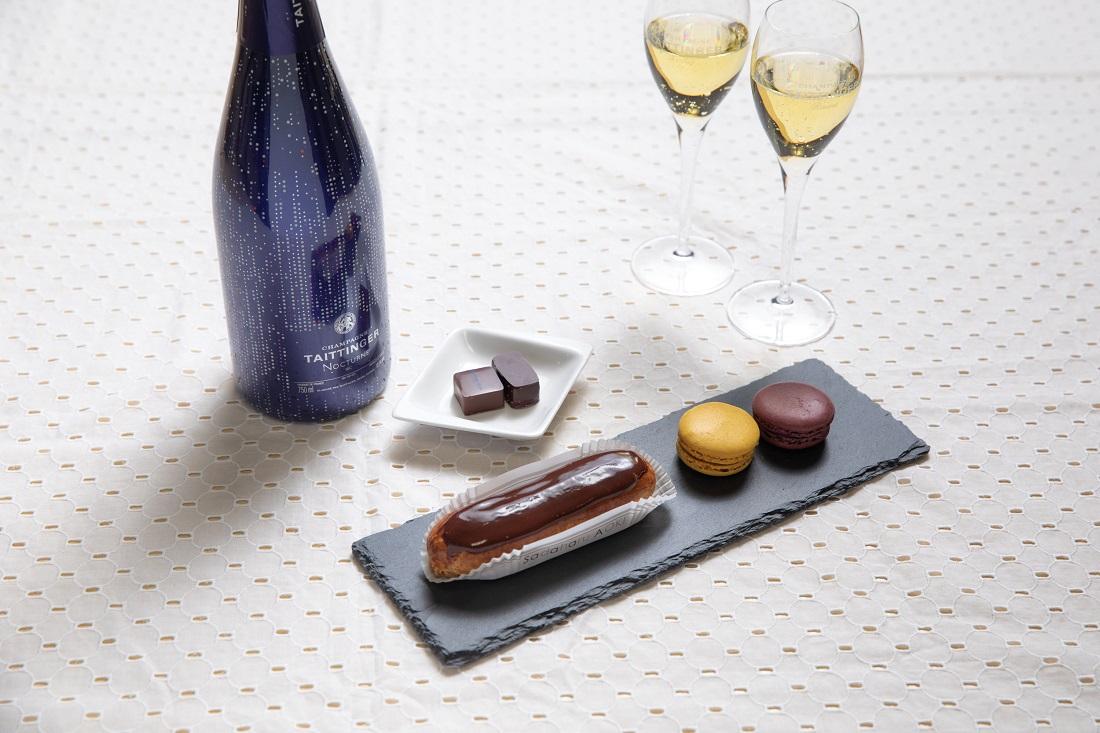 テタンジェ「ノクターン」シャンパーニュボトルとシャンパーニュグラス、お皿に盛り付けたエクレア・マカロン・チョコレート