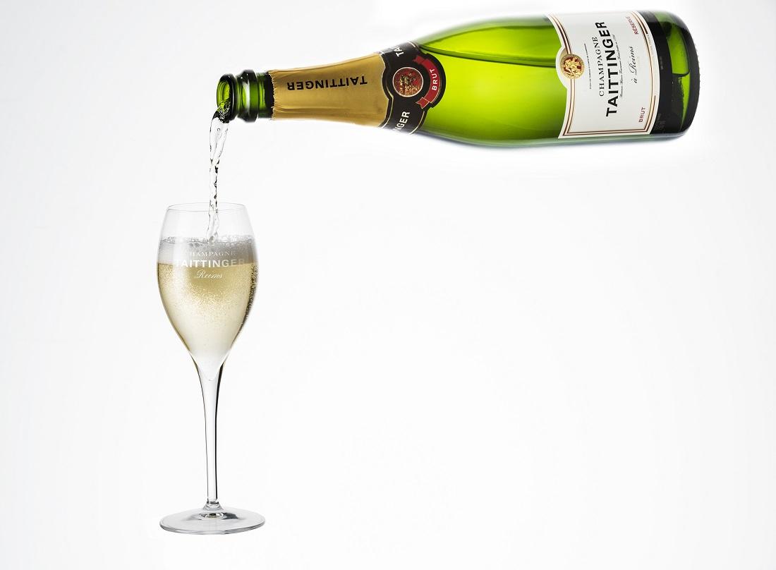 テタンジェ「ブリュット レゼルヴ」をボトルからシャンパーニュグラスに注ぐ