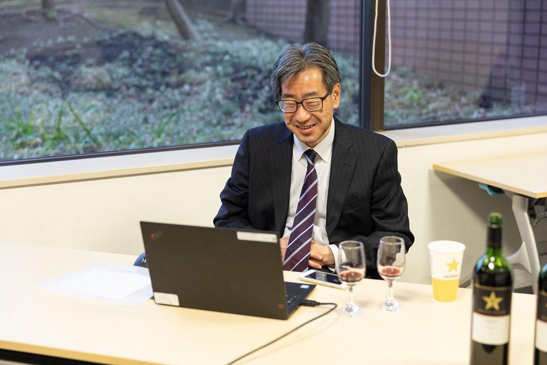 パソコンを前に談笑するグランポレールチーフワインメーカー 工藤雅義