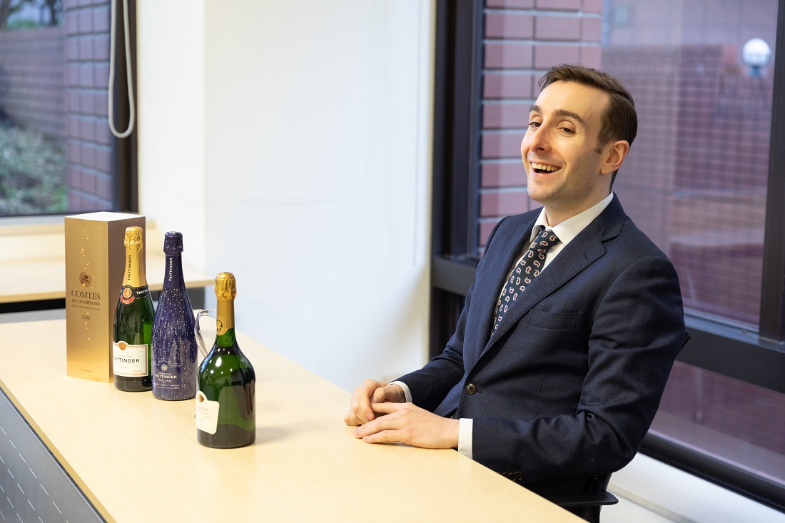 笑顔でインタビューに応えるテタンジェ・オフィシャル・アンバサダーのシュビヤー・クリストファー氏