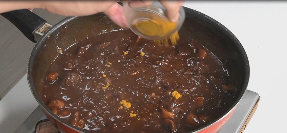 リュウジさん考案!【至高の欧風カレー】カレー粉を入れてフライパンで煮込む