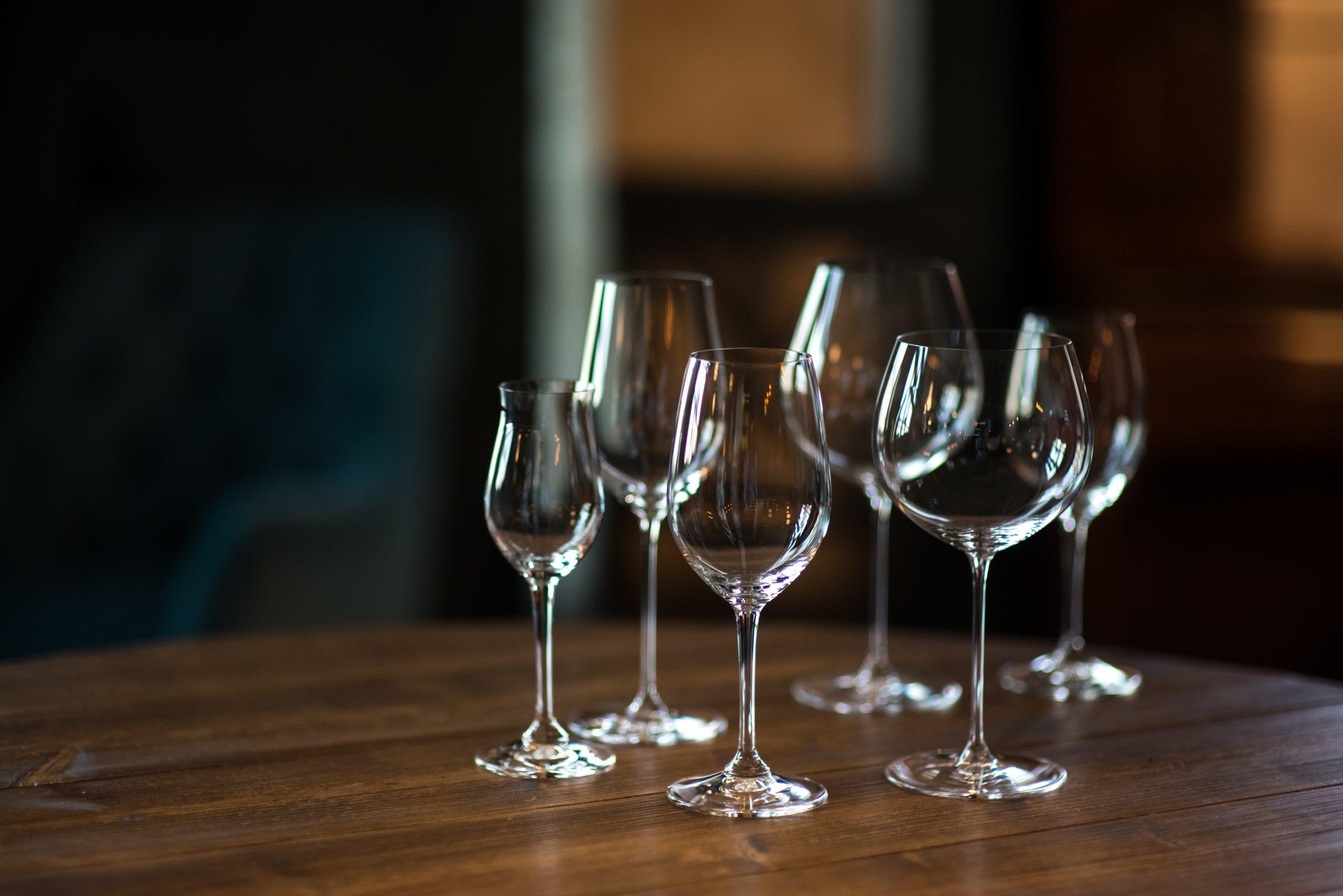 ワインをコップで飲むのはOK?ワイングラスの役割とコップの違い